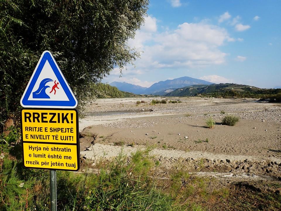 Gyors vízszint változás, a folyómederbe való belépés életveszélyes!